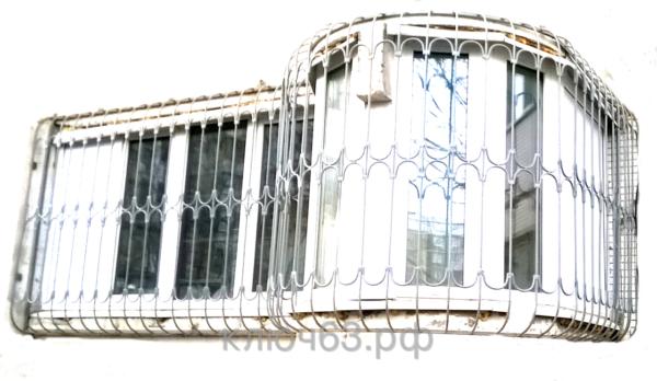 Стальные объёмные решетки 3D изготовлены по уникальной технологии шаблонного моделирования из металла диаметр 12 мм. Стальные объёмные решетки 3D устанавливаются в оконных проёмах административных и производственных зданий, офисных помещений, магазинов, жилых помещений. Установка осуществляется на арматуру 16 мм или высокопрочные анкерные болты. В случае установки в промежуточном сечении проёма, крепление осуществляется через специальные отверстия в каркасе (коробке), а при монтаже в одном уровне с оконным проёмом  через выносные пластины.