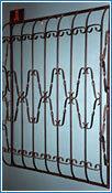 Стальные решетки Д изготовлены из металлического прутка диаметр 12 мм по вертикали, горизонтальное наполнение полоса 2 мм(посередине с перекруткой). На образце сверху маленький объем, снизу малый объем (возможно изготовление решетки из прутков диаметром 10 мм, 14 мм, 16 мм, 18 мм, или квадрата 10х10 мм, 12х12 мм, 14х14 мм, 16х16 мм, толщина полосы горизонтального наполнения может быть 3 мм или из круга диаметром 8 мм. Стальные решетки Д могут быть изготовлены плоскими, объемными, распашными. Различные виды объемов сверху и снизу. Стальные решетки Д устанавливаются в оконных проёмах административных и производственных зданий, офисных помещений, магазинов, жилых помещений. Установка осуществляется на арматуру 16 мм или высокопрочные анкерные болты. В случае установки в промежуточном сечении проёма, крепление осуществляется через специальные отверстия в каркасе (коробке), а при монтаже в одном уровне с оконным проёмом  через выносные пластины.
