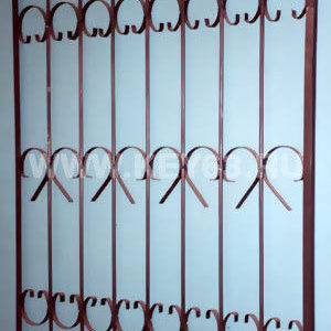 Стальные решетки Е изготовлены из металлического прутка диаметр 12 мм по вертикали, горизонтальное наполнение полоса 2 мм. На образце сверху объем отсутствует, снизу объем отсутствует (возможно изготовление решетки из прутков диаметром 10 мм, 14 мм, 16 мм, 18 мм, или квадрата 10х10 мм, 12х12 мм, 14х14 мм, 16х16 мм, толщина полосы горизонтального наполнения может быть 3 мм или из круга диаметром 8 мм.Стальные решетки Е могут быть изготовлены плоскими, объемными, распашными.Различныевидыобъемов сверху, и снизу.Стальные решетки Еустанавливаются в оконных проёмах административных и производственных зданий, офисных помещений, магазинов, жилых помещений.Установка осуществляется на арматуру ;16 мм или высокопрочные анкерные болты. В случае установки в промежуточном сечении проёма, крепление осуществляется через специальные отверстия в каркасе (коробке), а при монтаже в одном уровне с оконным проёмом  через выносные пластины.
