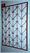Стальные решетки Ж изготовлены из металлического прутка диаметр 12 мм по вертикали,горизонтальное наполнение полоса 2 мм .На образце сверху объем отсутствует, снизуобъем отсутствует (возможно изготовление решетки из прутков диаметром 10 мм, 14 мм, 16 мм, 18 мм, или квадрата 10х10 мм, 12х12 мм, 14х14 мм, 16х16 мм, толщина полосы горизонтального наполнения может быть 3 мм или из круга диаметром 8 мм.Стальные решетки Ж могут быть изготовлены плоскими, объемными, распашными. Различные виды объемов сверху и снизу. Стальные решетки Ж устанавливаются в оконных проёмах административных и производственных зданий, офисных помещений, магазинов, жилых помещений. Установка осуществляется на арматуру 16 мм или высокопрочные анкерные болты. В случае установки в промежуточном сечении проёма, крепление осуществляется через специальные отверстия в каркасе (коробке), а при монтаже в одном уровне с оконным проёмом  через выносные пластины.