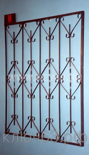 Стальные решетки И изготовлены из металлического квадрата 12х12 мм по вертикали (незаконченные вертикали с перекруткой), горизонтальное наполнение полоса 2 мм. На образце сверху объем отсутствует, снизу объем отсутствует (возможно изготовление решетки из прутков диаметром 10 мм,12 мм, 14 мм, 16 мм, 18 мм, или квадрата 10х10 мм, 14х14 мм, 16х16 мм, толщина полосы горизонтального наполнения может быть 3 мм или из круга диаметром 8 мм.Стальные решетки И могут быть изготовлены плоскими, объемными, распашными. Различные виды объемов сверху и снизу. Стальные решетки И устанавливаются в оконных проёмах административных и производственных зданий, офисных помещений, магазинов, жилых помещений. Установка осуществляется на арматуру 16 мм или высокопрочные анкерные болты. В случае установки в промежуточном сечении проёма, крепление осуществляется через специальные отверстия в каркасе (коробке), а при монтаже в одном уровне с оконным проёмом  через выносные пластины.