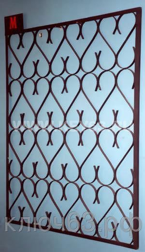 Стальные решетки М изготовлены изметаллической полосы толщиной 2 мм (возможно изготовление из полосы 3 мм или круга диаметр 8 мм). Стальные решетки М устанавливаются в оконных проёмах административных и производственных зданий, офисных помещений, магазинов, жилых помещений. Установка осуществляется на арматуру 16 мм или высокопрочные анкерные болты. В случае установки в промежуточном сечении проёма, крепление осуществляется через специальные отверстия в каркасе (коробке), а при монтаже в одном уровне с оконным проёмом  через выносные пластины.