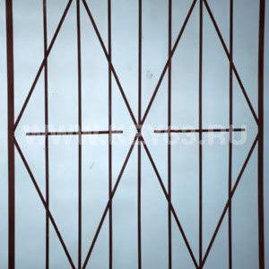 Стальные решетки С изготовлены из металлического прутка диаметр 12 мм (возможно изготовление решетки из прутков диаметром 10 мм, 14 мм, 16 мм, 18 мм, или квадрата 10х10 мм, 12х12 мм, 14х14 мм, 16х16 мм. Стальные решетки С устанавливаются в оконных проёмах административных и производственных зданий, офисных помещений, магазинов, жилых помещений. Установка осуществляется на арматуру 16 мм или высокопрочные анкерные болты. В случае установки в промежуточном сечении проёма, крепление осуществляется через специальные отверстия в каркасе (коробке), а при монтаже в одном уровне с оконным проёмом  через выносные пластины.