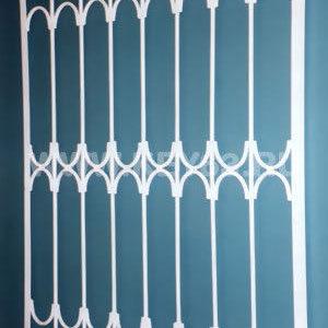 Стальные решетки Ч изготовлены из металлического прутка диаметр 12 мм (возможно изготовление решетки из прутков диаметром 10 мм, 14 мм, 16 мм, 18 мм, или квадрата 10х10 мм, 12х12 мм, 14х14 мм, 16х16 мм..На образце сверху объем отсутствует, снизу объем отсутствует. Стальные решетки Ч могут быть изготовлены плоскими, объемными, распашными. Различные виды объемов сверху и снизу. Стальные решетки Ч устанавливаются в оконных проёмах административных и производственных зданий, офисных помещений, магазинов, жилых помещений. Установка осуществляется на арматуру 16 мм или высокопрочные анкерные болты. В случае установки в промежуточном сечении проёма, крепление осуществляется через специальные отверстия в каркасе (коробке), а при монтаже в одном уровне с оконным проёмом  через выносные пластины.
