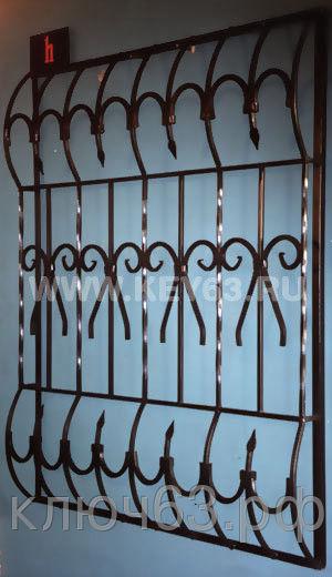 Стальные решетки h изготовлены из металлического квадрата 12х12 мм с кованными элементами (возможно изготовление изквадрата 10х10 мм, 14х14 мм, 16х16 мм. Стальные решетки h могут быть изготовлены плоскими, объемными, распашными. Различные виды объемов сверху и снизу. Стальные решетки h устанавливаются в оконных проёмах административных и производственных зданий, офисных помещений, магазинов, жилых помещений. Установка осуществляется на арматуру 16 мм или высокопрочные анкерные болты. В случае установки в промежуточном сечении проёма, крепление осуществляется через специальные отверстия в каркасе (коробке), а при монтаже в одном уровне с оконным проёмом  через выносные пластины.