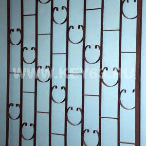 Стальные решетки Y изготовлены из металлического прутка диаметр 12 мм по вертикали,горизонтальное наполнение полоса 2 мм. На образце сверху объем отсутствует, снизу объем отсутствует (возможно изготовление решетки из прутков диаметром 10 мм, 14 мм, 16 мм, 18 мм, или квадрата 10х10 мм, 12х12 мм, 14х14 мм, 16х16 мм, толщина полосы горизонтального наполнения может быть 3 мм или из круга диаметром 8 мм. Стальные решетки Y могут быть изготовлены плоскими, объемными, распашными. Различные виды объемов сверху и снизу. Стальные решетки Y устанавливаются в оконных проёмах административных и производственных зданий, офисных помещений, магазинов, жилых помещений. Установка осуществляется на арматуру 16 мм или высокопрочные анкерные болты. В случае установки в промежуточном сечении проёма, крепление осуществляется через специальные отверстия в каркасе (коробке), а при монтаже в одном уровне с оконным проёмом  через выносные пластины.