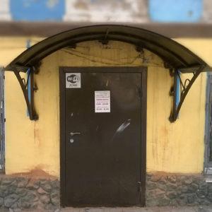 Козырек дверной изготовлен из профильной трубы 20х40х2 мм, боковое подпорки с кованными элементами, сверху стальной лист толщиной 2 мм. Стандартная покраска козырька производится молотковой краской TAMBUR (Израиль) все цвета на выбор. Возможна покраска другими эмалями.
