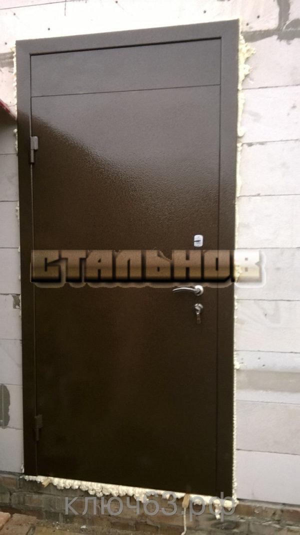 Стальная дверь молотковая с антресолью, лист 2 мм (возможен лист толщиной 3 мм), изнутри пенопласт (возможен плотный базальт, минвата) , внутренняя отделка фрезерованная панель (возможны другие варианты внутренней отделки), рама с металлической обналичкой 80х20 из листа 3мм, дверные ребра изготовлены из стального уголка 40 мм, размер двери под ваш проем, устанавливаются петли диаметром 25 мм, 1 замок врезной с ручкой ключ перфокартой, второй замок сейфовый большой по 5 ключей, глазок по желанию, покраска молотковой эмалью коричневая (возможна серая, черная, синяя, зеленая, красная) одноконтурный уплотнитель, возможна врезка любых замков по желанию заказчика, противосъемные штыри, установка 2 уплотнителя, порошковая покраска, усиленные петли 3 шт, установка доводчика, магнитные замки.