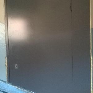 Стальная перегородка без отделки изготовлена из листа 2 мм, рама и дверные ребра изготовлены из стального уголка 40 мм, размер под ваш проем, устанавливаются петли диаметром 22 мм (возможны усиленные петли диаметром 25 мм), замок-задвижка (в комплекте 3 ключа), пластмассовая дверная ручка (возможна металлическая ручка, круглая или поворотная), покраска нитроцеллюлозной эмалью НЦ-132 светло-серая, темно-серая, черная, шоколад, возможна покраска эмалью 3 в 1, молотковой TAMBUR (Израиль), порошковая все цвета по RAL, антики, крокодил, возможна врезка любых замков, установка уплотнителей, усиление рамы, противосъемные штыри, утепление, установка доводчика DORMA (белый, серебристый, коричневый), глазок апекс, магнитные замки.
