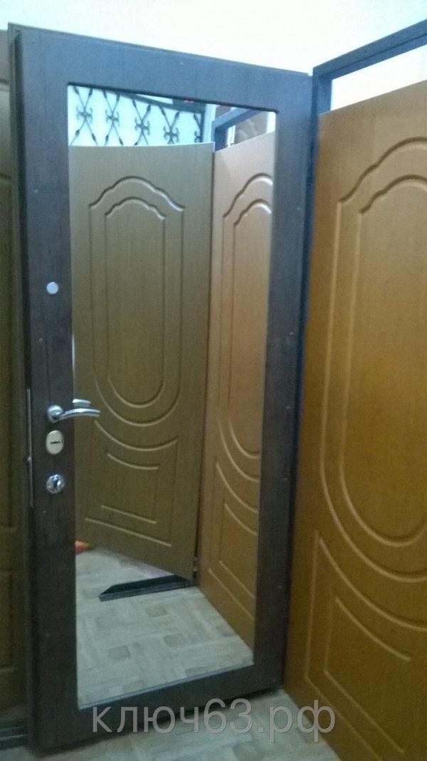 Стальная дверь с зеркалом (толщина обналички зеркала 16мм, цвет на выбор), лист 3 мм, изнутри плотный базальт, рама со стальной обналичкой 80х20х3мм, дверные ребра сварены из стального уголка 40х40х4 мм, размер рамы двери под ваш проем, устанавливаются петли диаметром 25 мм(с шарами или подшипниками), замок двойной(ключи сувальдный и перфокарта) MOTTURA со сменной нуклией или CISA c функцией перекодировки, глазок АПЕКС обзор 200 градусов, покраска порошковая крокодил коричневая, черная(возможны другие варианты). Одноконтурный двойной уплотнитель, возможна врезка любых других замков по желанию заказчика, противосъемные штыри, функция Антилом.