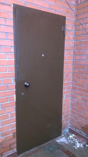 Стальная дверь без отделки изготовлена из листа 2мм, рама и дверные ребра изготовлены из стального уголка 40 мм, размер рамы двери 0,8м х 2,0м (возможны любые размеры), устанавливаются петли диаметром 22 мм (возможны петли диаметром 25 мм, 30 мм), замки эльбор 1.03.03 и 1.04.04, медная дверная ручка круглая, глазок 160 градусов, покраска нитроцеллюлозной эмалью НЦ-132 коричневая или светло-серая