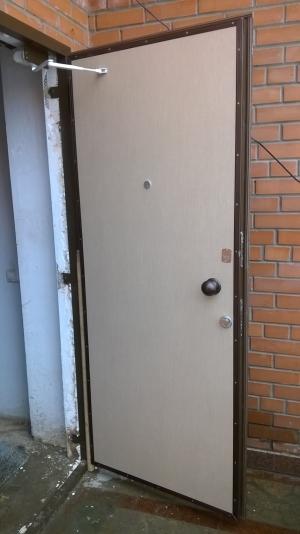 Стальная дверь молотковая, лист 2 мм (возможен лист толщиной 3 мм, 4 мм), изнутри пенопласт (возможен плотный базальт), внутренняя отделка МДФ 6мм штрихлак (возможны другие варианты внутренней отделки),  рама угол 50мм, дверные ребра изготовлены из стального уголка 40 мм, размер рамы двери 0,8м х 2,0м (возможны любые размеры), устанавливаются петли диаметром 25 мм,  замки ЭЛЬБОР 1-03-03  5 ключей и 1-04-04,ручка медный шар, глазок АПЕКС обзор 160 градусов, покраска молотковой эмалью коричневая (возможна серая, черная, красная, синяя, зеленая) одноконтурный уплотнитель, возможна врезка любых других замков по желанию заказчика, противосъемные штыри, установка 2 уплотнителя, усиление рамы, усиление дверных ребер жесткости,  порошковая покраска, усиленные петли 3 шт, установка доводчика,  магнитные замки.